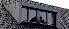 Wilt u een zinken dakkapel laten plaatsen? Vergelijk eerst de prijzen kies voor een zinken dakkapel laten plaatsen door een specialist! Loft Dormer, Dormer Loft Conversion, Dormer Roof, Dormer Windows, Attic Loft, Loft Room, Attic Rooms, Bedroom Loft, Attic Spaces