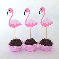 FESTA DE FLAMINGOS - Mostro como organizar uma festa de Flamingo. Com ideias criativas e gastando pouco e fazendo você mesma. Flamingo Party, Flamingo Cake, Flamingo Birthday, Pink Flamingos, Pool Party Decorations, Baby Party, Luau, Birthday Party Themes, First Birthdays