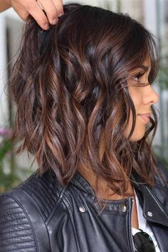 Tendance Coupe & Coiffure Femme Description Highlighted hair is really glamorous whether it is ombre, sombre, or balayage. We have collected ideas of brunette hair with highlights. Brunette Hair With Highlights, Balayage Bob Brunette, Curly Highlights, Highlighted Hair For Brunettes, Brunette Hair Colour, Brunette Hair 2018, Brown Hair Colour, Hair Colours For Brunettes, Brown Lob Hair