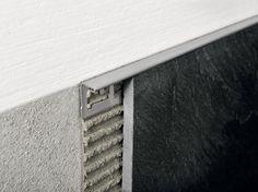 Proterminal-profil din inox periat cu rol de profil de capat, profil de colt sau profil pentru treapta. Mai poate fi folosit si ca profil de trecere elegant si discret intre placile aflate la acelasi nivel.