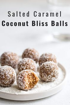 These salted caramel coconut bliss balls only use 4 ingredients and are so easy to make! They're the perfect healthy all-natural snack! Salted caramel coconut bliss balls Anju tanjaburkhard smoothie & müsli These salted caramel coconut bliss ba Gourmet Recipes, Whole Food Recipes, Dessert Recipes, Vegan Recipes, Natural Food Recipes, Party Recipes, Dinner Recipes, Vegan Treats, Vegan Snacks