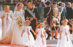 Rey Juan Carlos I lleva a su hija la infanta Cristina al altar en la catedral de Barcelona el 4 de Octubre de 1997