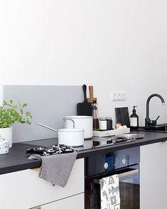 Love the white Eva Trio pots in my dark kitchen @evasolo_official