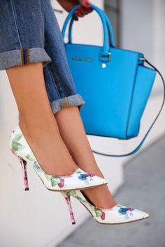 Me encanta esta combinación de zapato salón con estampado floral y bolso en color  liso