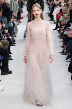Valentino Spring 2019 Ready-to-Wear Fashion Show Collection: See the complete Valentino Spring 2019 Ready-to-Wear collection. Look 59 Couture Fashion, Runway Fashion, Spring Fashion, Fashion 2018, High Fashion, Fashion Dresses, Valentino, Bohemian Bride, Pink Outfits
