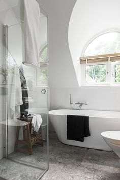 Detta är ett snyggt klassiska badrum med underbart valvfönster och kalksten. Ett badrum med vackert ljus väckte badrumsdrömmen till max för oss!