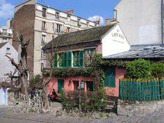 Le cabaret du Lapin Agile en face des vignes de Montmartre