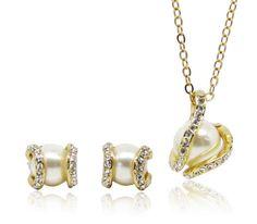 Set bijuterii placate cu aur 18KRGP format din lantisor cu pandantiv si cercei cu perle si incrustati cu Austrian Diamonds, un set deosebit de fin si elegant. www.bodyandbijoux.ro
