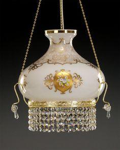 Żyrandol kryształowy jednopłomienny z ręcznie zdobionym kloszem. Wymiary takiej lampy to 35 cm x 73 cm (szer. x wys.). Świetnie pasuje do kuchni, nad stołem jadalnym. Zależy nam na Waszej opinii.
