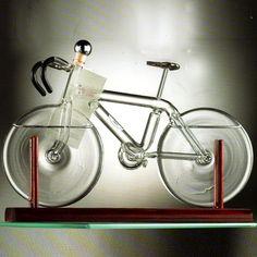 Bicicletta contenente grappa su base legno
