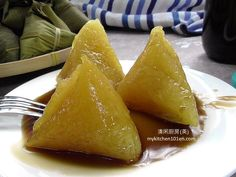 Kee Chang (alkaline dumpling) is kids' favorite food, some prefer Red Bean Filling Kee Chang, while other love to serve plain Kee Chang with Coconut Palm Sugar Syrup. Making Kee Chang is an e… Appetizer Dishes, Appetizer Recipes, Appetizers, Chinese Steam Cake Recipe, Rice Dumplings Recipe, Making Dumplings, Chinese Dumplings, Mauritian Food, Cooking Chinese Food
