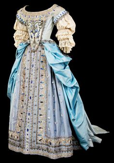 Reproduction 1650 dress with manteau.