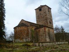 La iglesia de Sant Sadurni, de románico lombardo, está documentada desde el año 937 fue reedificada en el siglo XI, añadiéndose elementos durante los siglos XII y XV.  Provincia de Barcelona.  #historia #turismo  http://www.rutasconhistoria.es/loc/sant-sadurni-de-osormort