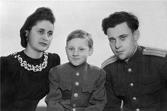 Владимир Высоцкий с мачехой Евгенией Степановной и папой Семеном Владимировичем,1948 г.