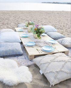Beach Dinner Parties, Beach Party, Picnic Birthday, Birthday Dinners, Birthday On The Beach, Outdoor Birthday, Beach Bonfire, Beach Picnic, Table Office