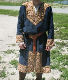 "A Norman ""riding"" tunic, it is a ""normal"" tunic construction, but the front and back gore are omitted, leaving a slit. Then a wide facing is used on all hems (in this case embroidered). The basic construction is usually a ""Nockert Viking Garb, Viking Dress, Viking Costume, Medieval Costume, Medieval Dress, Historical Costume, Historical Clothing, Renaissance, Mens Garb"