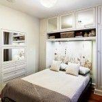 Zabudowa z szaf w małej sypialni
