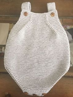 """diy_crafts-Peto para bebe en la talla mediana """"This sweet little set would be suitable for the Spring baby."""", """"This post was discovered by Sla Baby Knitting Patterns, Baby Clothes Patterns, Knitting For Kids, Summer Knitting, Pull Bebe, Knitted Romper, Free Baby Stuff, Knit Or Crochet, Free Pattern"""