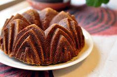 Kuivakakut on usein vähän ankeita. Kuivia. Vaan ei tämä kakku. Kunnon määrä rouhittua suklaata yhdistettynä kaakaojauheeseen saa kakun tode...