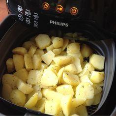 Gebakken aardappeltjes uit de airfryer Low Fat Fryer, Actifry Recipes, My Recipes, Healthy Recipes, Good Food, Yummy Food, Air Fryer Recipes, Food Hacks, Creme
