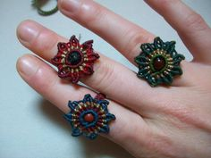 Macrame flower rings with bead Macrame Colar, Macrame Rings, Macrame Art, Macrame Projects, Macrame Necklace, Macrame Knots, Micro Macrame, Macrame Jewelry, Macrame Bracelets
