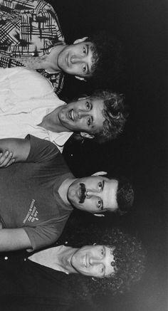Brian May, John Deacon, Rainha Do Rock, Queen Aesthetic, Queens Wallpaper, Queen Meme, King Of Queens, Queen Photos, We Will Rock You