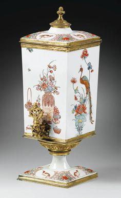 Fontaine à parfums en porcelaine du Japon Kakiemon de la fin du XVIIe siècle à monture de bronze doré d'époque Régence, vers 1720 la porcelaine à décor d'oiseaux, vases et végétaux, le robinet composé d'agrafes et feuillages, le réservoir reposant sur un piédouche ciselé de lambrequins Haut. 30 cm, larg. 13 cm, prof. 10,5 cm