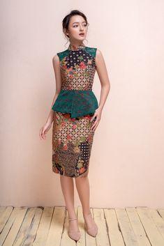 A new cheongsam update Outfit Essentials, Model Dress Batik, Modern Batik Dress, Dress Batik Kombinasi, Cheongsam Modern, Tulle Skirt Tutorial, Blouse Batik, Batik Fashion, Thai Dress