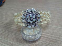 Pulsera de macrame y flor de metal con cristal. Cierre de zamak.