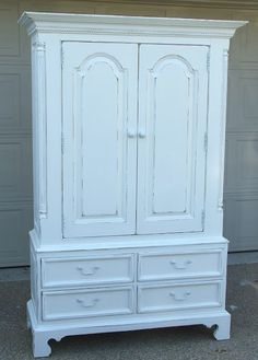 Attirant Distressed White Clothing Armoire