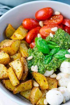 The Pesto Potatoe Bowl is so quickly prepared that it doubles .- Die Pesto Potatoe Bowl ist so fix zubereitet, dass es doppelt gut schmeckt Delicious – Pesto Potatoe Bowl with tomatoes and mozzarella - Salad Recipes Healthy Lunch, Salad Recipes For Dinner, Chicken Salad Recipes, Veggie Recipes, Vegetarian Recipes, Vegetarian Lifestyle, Pesto Chicken, Clean Eating Recipes, Healthy Eating