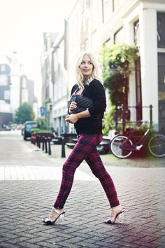 Like plaids, tartans are usually worn for a preppy outfit or a scarf but you can wear it elsewhere. Here are 7 chic and stylish ways to wear tartan clothes. Plaid Outfits, Cute Fall Outfits, Winter Fashion Outfits, Autumn Winter Fashion, Cool Outfits, Fall Winter, Travel Outfits, Winter Ideas, Summer Fall
