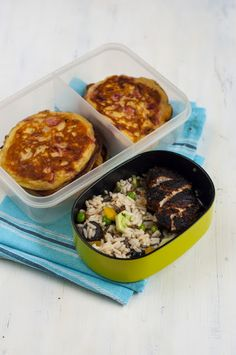 Kurczak w occie balsamicznym na sałatce ryżowej z groszkiem, oliwkami, ogórkiem, suszonymi pomidorami i bazylią