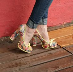 These shoes were lots of fun to create! I used vintage (mostly advertisements to decoupage my shoes, but you can use whatever you w… Decoupage Shoes, Decoupage Vintage, Diy Decoupage Tutorial, Mod Podge Crafts, Old Shoes, Decorated Shoes, Altering Clothes, Unique Shoes, Vintage Vibes