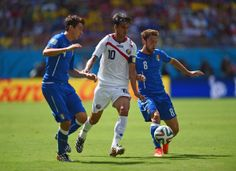 Bryan Ruiz of Costa Rica is challenged by Matteo Darmian (L) nad Claudio Marchisio of Italy during the 2014 FIFA World Cup Brazil Group D ma...