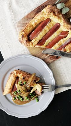 Recipe with video instructions: How to make Savory Sausage Pudding Ingredients: 4 hot dogs, 2 tbsp vegetable oil, 150 grams flour, 2 eggs, 250 ml milk, salt, pepper, (sauce), 1 onion, thinly sliced, 100 grams frozen peas, 100 ml steak sauce, 10 grams butter, salt to taste