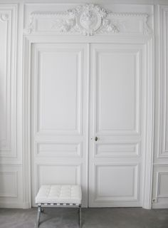 Classical Parisian interior combined with Mies van der Rohe, NP apt in Paris _