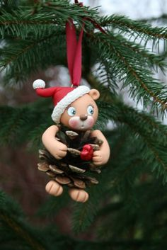 Love this cutie bear clay-nature combo Polymer Clay Christmas, Polymer Clay Charms, Polymer Clay Art, Clay Ornaments, Diy Christmas Ornaments, Pine Cone Crafts, Holiday Crafts, Cold Porcelain Tutorial, Polymer Clay Sculptures