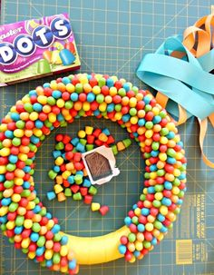 The dots wreath is gross but there are some other cute things! 18 DIY Projects To Make In Spring Spring Projects, Spring Crafts, Craft Projects, Wreath Crafts, Diy Wreath, Diy Arts And Crafts, Fun Crafts, Holiday Wreaths, Holiday Fun
