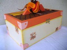 Para aquelas meninas apaixonadas por esmaltes, uma linda caixa de madeira toda decorada para guardar todos os apetrechos de unha. Acompanha toalhinha de mão bordada, pote para algodão, lixa e palito.