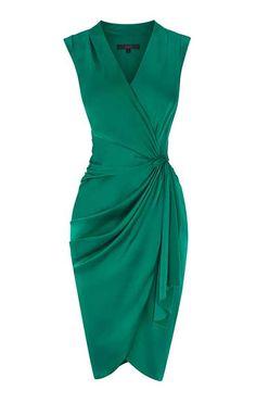 Sezonun trend renklerinden olan yeşil, zengin görünümüyle abiyeleri göz alıcı hale dönüştürebilir.