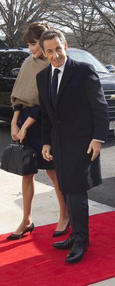 Carla bruni Sarkozy avec escarpins Christian louboutin et sac Sofia coppola pour Louis Vuitton