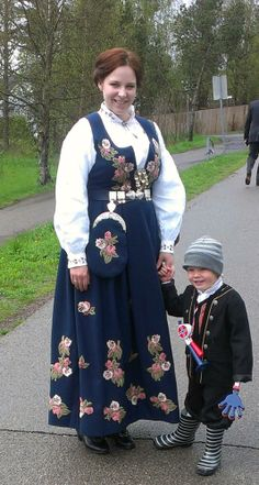 Lier bunad Folk Costume, Costumes, Wool Embroidery, Going Out Of Business, Looking For Someone, Felt Art, Oslo, Traditional Dresses, Ancestry