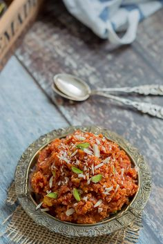 Jump to Recipe Print RecipeDesi gajar Ka Halwa – Carrot halwa – Grated carrots simmered in milk and concentrated to get a rich and creamy dessert. Sweetened with sugar and topped with some cashews and pistachios. Indian Dessert Recipes, Sweets Recipes, Indian Sweets, Indian Recipes, Carrot Halwa Recipe, Halva Recipe, Carrot Pudding, Healthy Meals For Two, Healthy Recipes