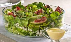 Lave as folhas verdes e seque-as. Lave bem os figos e corte em quatro. Com um garfo, esfarele o queijo gorgonzola. Em uma saladeira, coloque as folhas verdes rasgadas com as mãos. Por cima, distrib…
