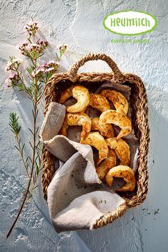 Blätterteigkipferl mit Heumilchkäse  Die Blätterteigkipferl mit einer herzhaften Füllung aus Kartoffeln und leckerem Heumilchkäse passen nicht nur wunderbar zum Brunch. Auch als Snack für ein Picknick oder für das Buffet zum Geburtstag - die Kipferl passen zu jedem Anlass.  Tipp: Wer es etwas pikanter mag, kann die Kipferl zusätzlich mit Speckwürfeln verfeinern.  Das Rezept gibt es auf www.heumilch.at Buffet, Stuffed Mushrooms, Brunch, Vegetables, Food, Potato, Milk, Kid Recipes, Hay