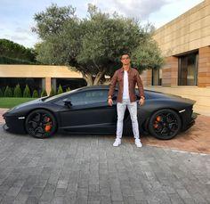 Wer viel verdient, kann auch viel ausgeben: Diese 20 Fußballer lassen sich da auch nicht lange bitten und investieren in teure, schnelle Autos. Der Kauf eines Lamborghini Aventador fällt in der Bilanz von Cristiano Ronaldo beispielsweise kaum auf. Den Shitstorm für seine eigenartige Pose gab es sogar kostenlos.