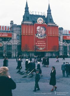 The Manhoffs left behind a colorful portrait of Soviet city life through their photos and letters. Communist Propaganda, Propaganda Art, Back In The Ussr, Socialist Realism, Soviet Art, Foto Real, City Life, Communism, Socialism