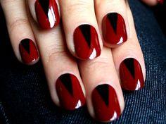 manicure rojo con triángulo negro