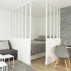 Bienvenue chez Edith à Pa - Home Decora La Maison Studio Decor, Deco Studio, Studio Design, Apartment Layout, Apartment Living, Bedroom Divider, Garage Studio, Studio Apartment Decorating, Small Room Design